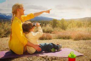 Naine ja laps binokliga